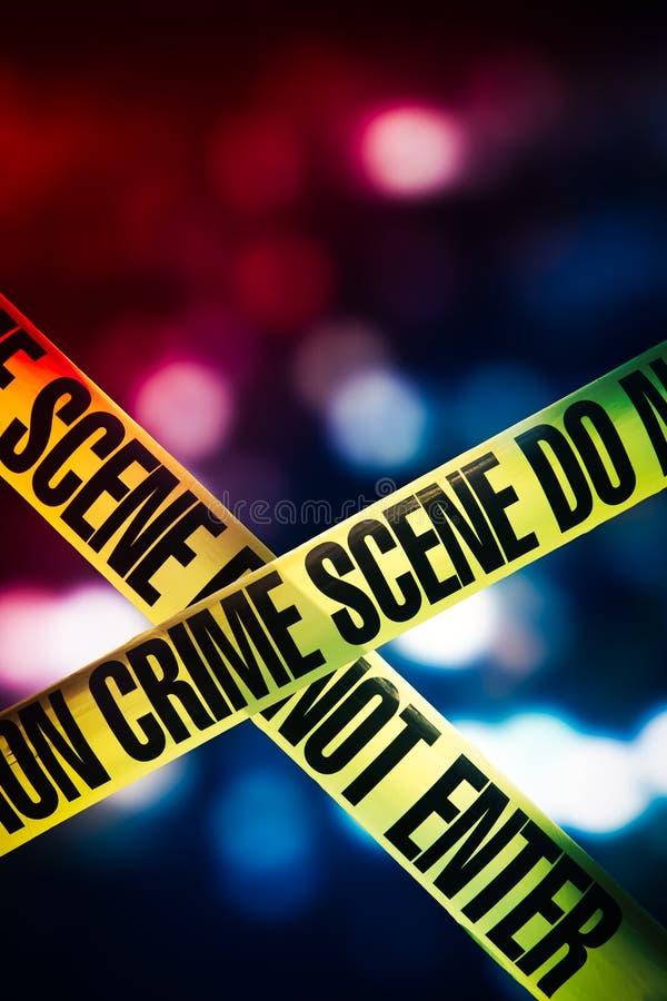 Fita da cena do crime com luzes vermelhas e azuis no fundo foto de stock