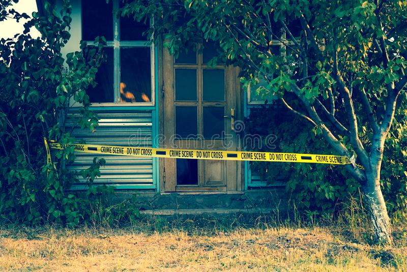 Fita da cena do crime perto da casa fotos de stock