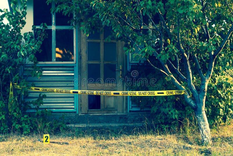 Fita da cena do crime perto da casa imagem de stock royalty free