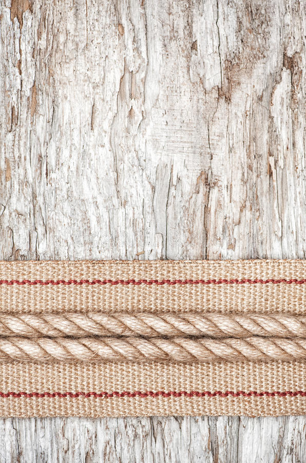 Fita da corda e do hardware na madeira velha imagem de stock royalty free