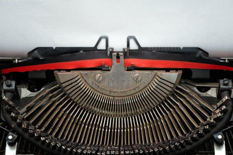 Fita da máquina de escrever do vintage e typebars pretos e vermelhos imagens de stock