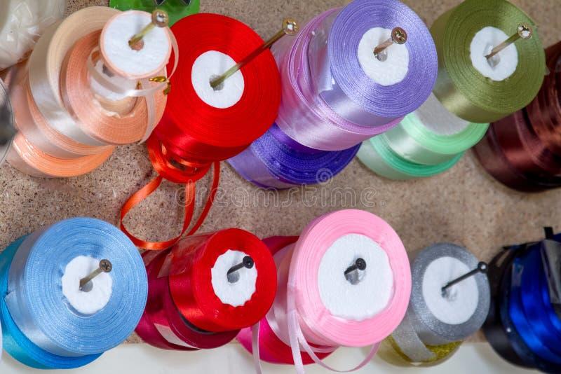 A fita das miudezas bobina fileiras e guarnições dos rolos na loja varejo da tela para costurar costurar fontes para o mercado da foto de stock royalty free