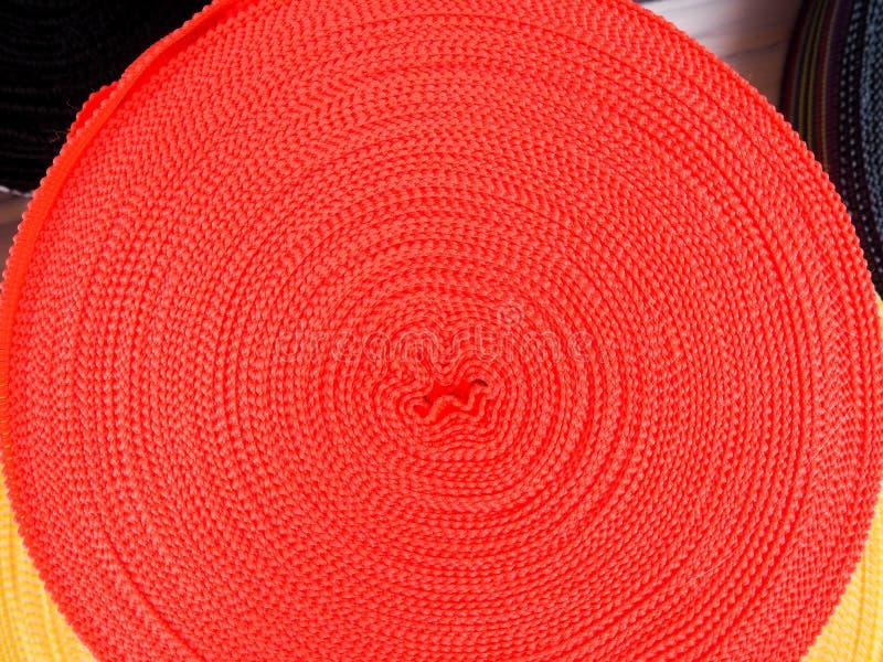 Fita de cores diferentes nas bobinas, muitas bobinas multi-coloridas para a indústria têxtil, fabricação da roupa fotografia de stock royalty free