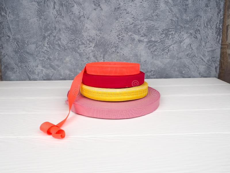 Fita de cores diferentes nas bobinas, muitas bobinas multi-coloridas para a ind?stria t?xtil, fabrica??o da roupa fotografia de stock royalty free