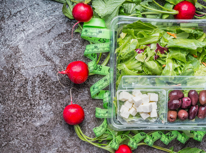 Fita de medição de dieta limpa da salada no fundo rústico, vista superior, espaço da cópia Comer, fazer dieta ou alimento saudáve fotografia de stock royalty free
