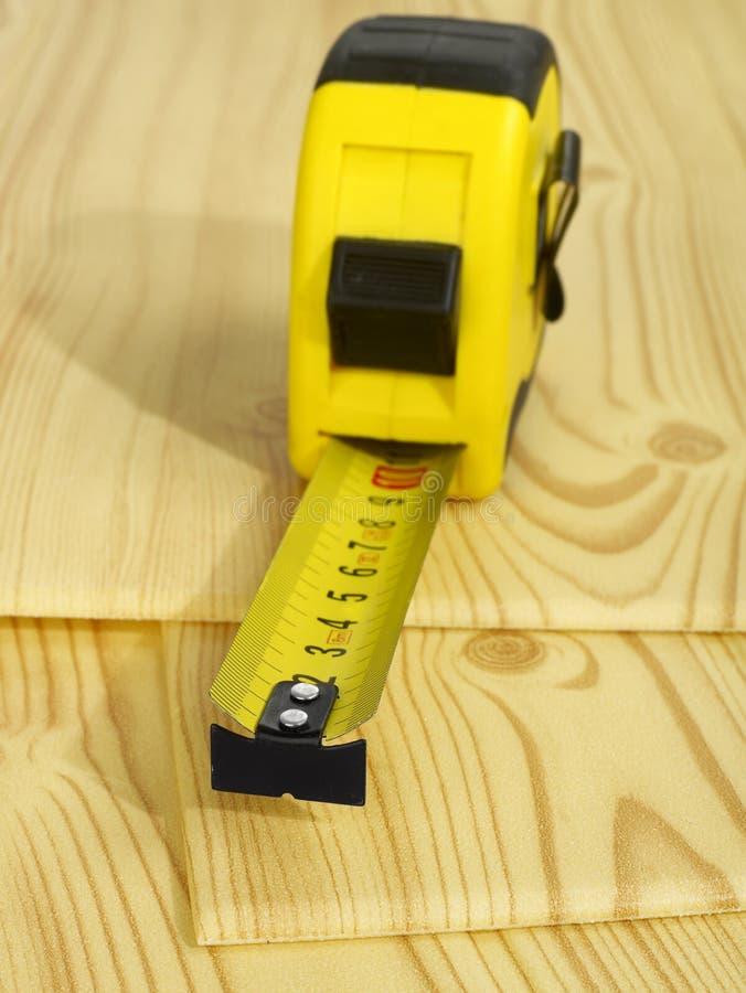 Fita de medição na madeira imagem de stock royalty free