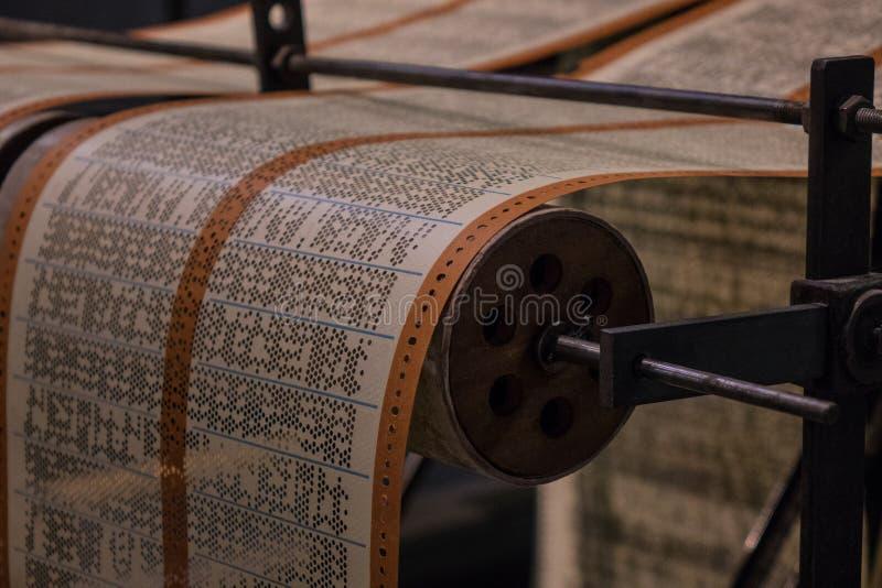 A fita de papel perfurada de um dispositivo velho fotografia de stock