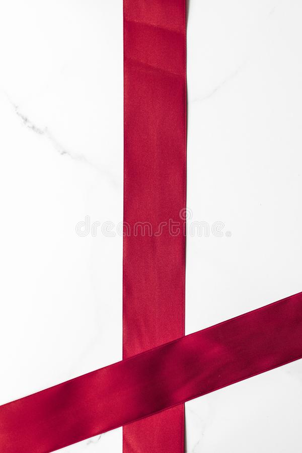 Fita de seda do Bordéus no fundo de mármore, flatlay fotos de stock royalty free