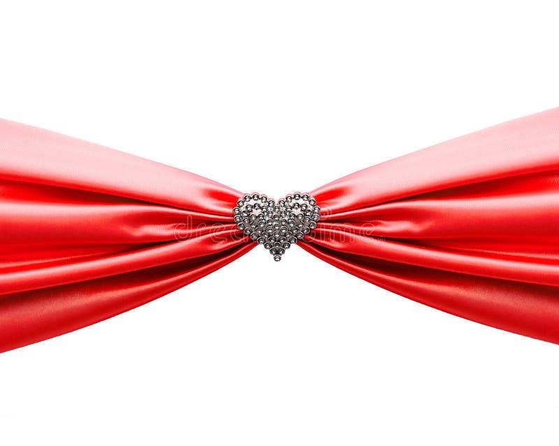 Fita do cetim e coração vermelhos brilhantes do diamante imagens de stock royalty free