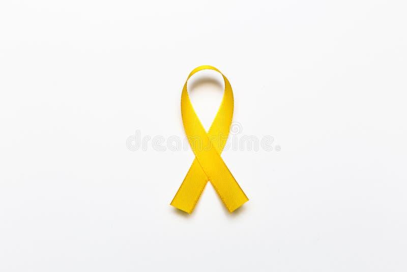 Fita do ouro como o símbolo da conscientização do câncer da infância isolada sobre fotos de stock royalty free