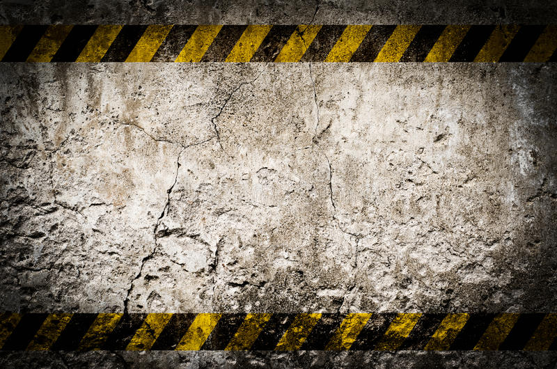 Fita do perigo na parede suja vazia imagem de stock