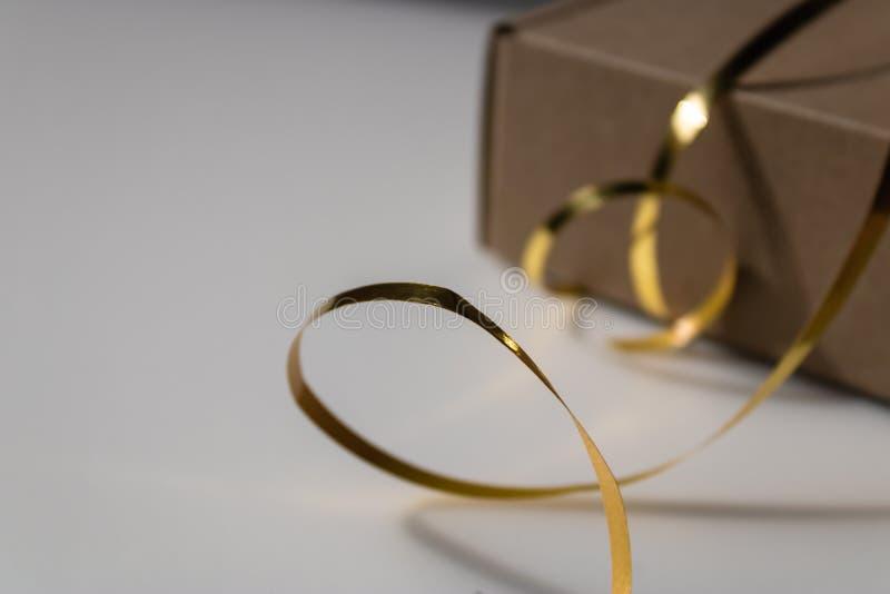 Fita dourada da folha com giftbox fechado no fundo - imagem do armário fotos de stock
