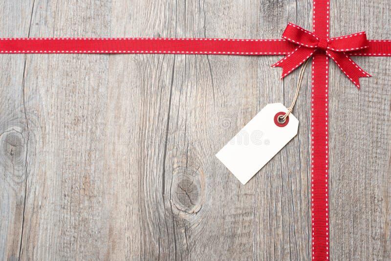 Fita e curva vermelhas com etiqueta de endereço fotografia de stock royalty free