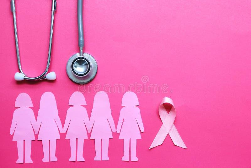 Fita e estetoscópio cor-de-rosa no fundo cor-de-rosa, no símbolo do câncer da mama nas mulheres, nos cuidados médicos e no concei imagens de stock royalty free