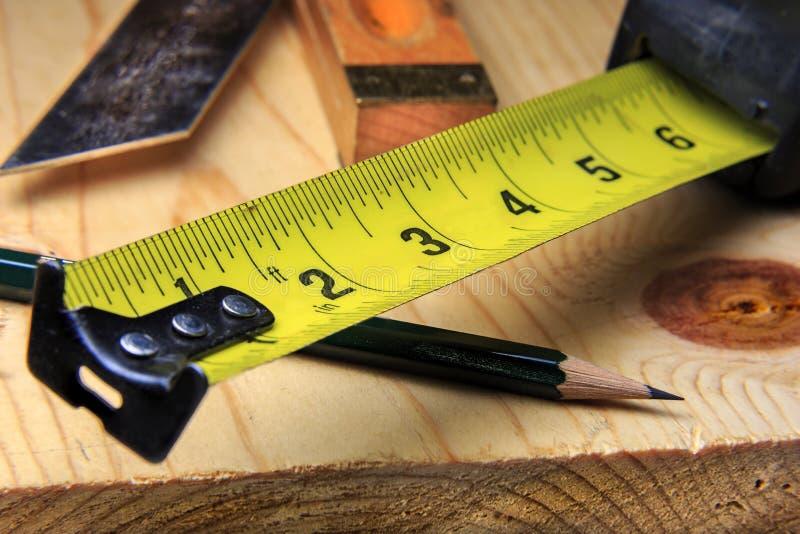 Fita e lápis de medição do Woodworking imagens de stock