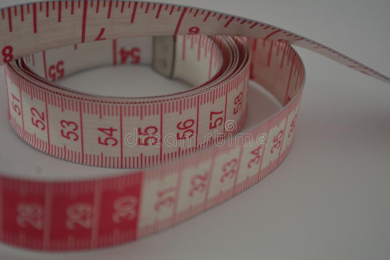 Fita métrica com números cor-de-rosa foto de stock