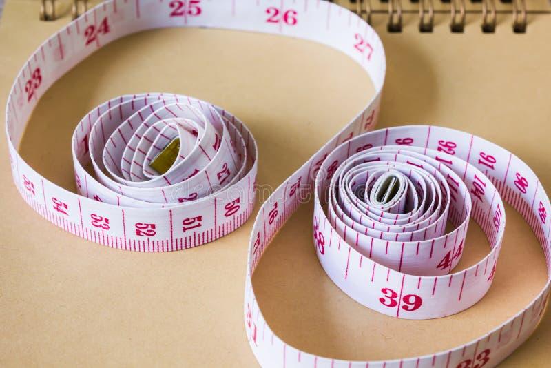 fita métrica no papel de nota vazio ou nota do memorando para o conceito dos nós fotos de stock