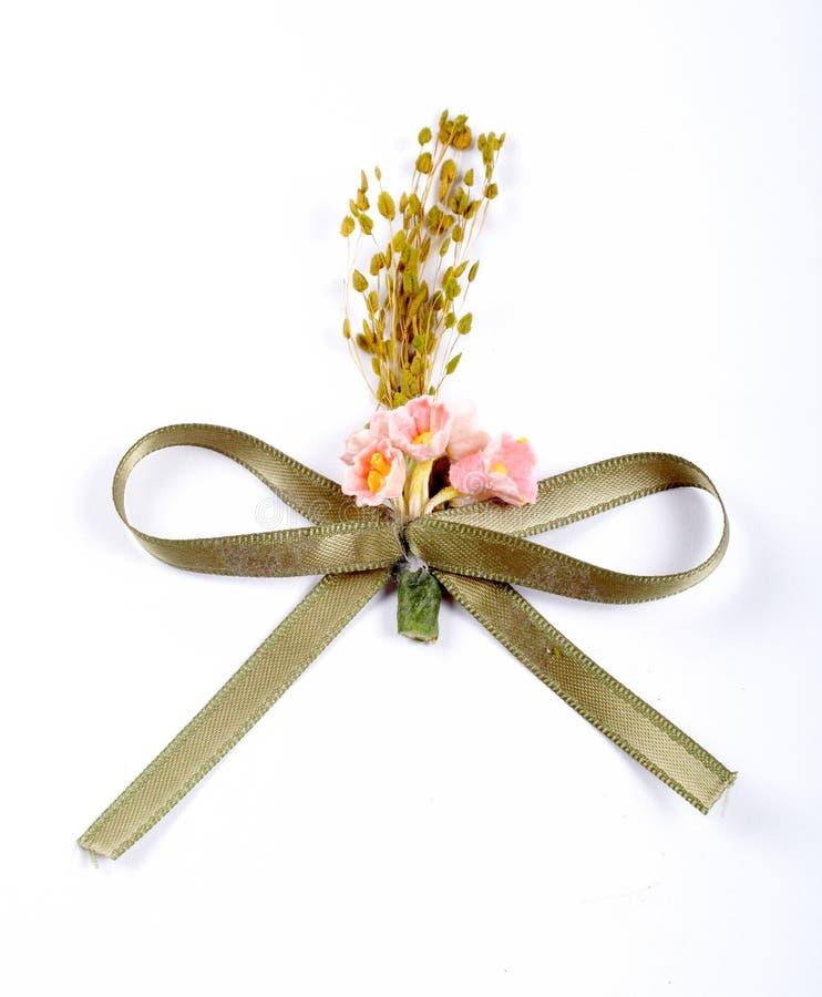 Fita verde com flores cor-de-rosa fotografia de stock
