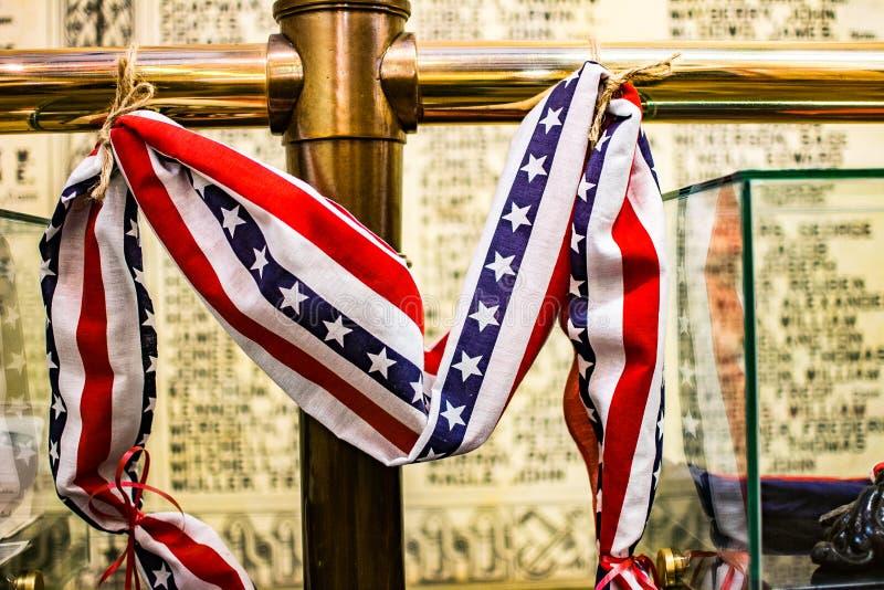 Fita vermelha, branca e azul no memorial de guerra fotos de stock royalty free