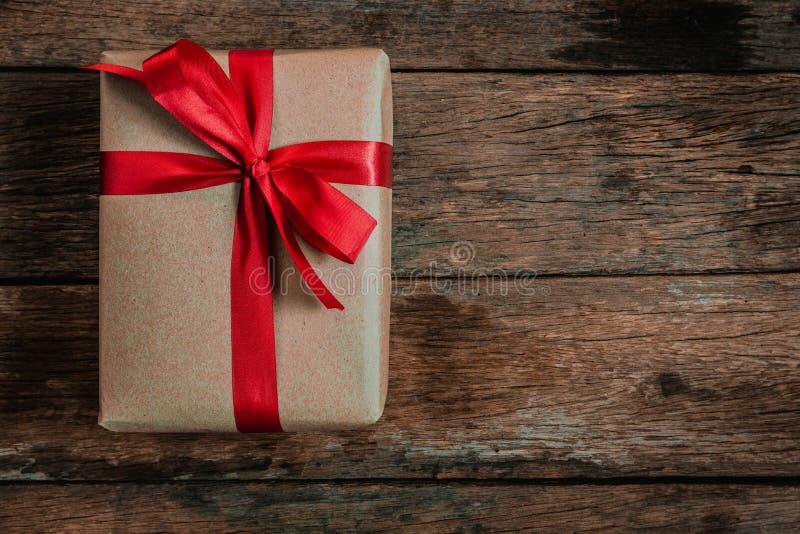 Fita vermelha do laço da caixa de presente de Brown foto de stock
