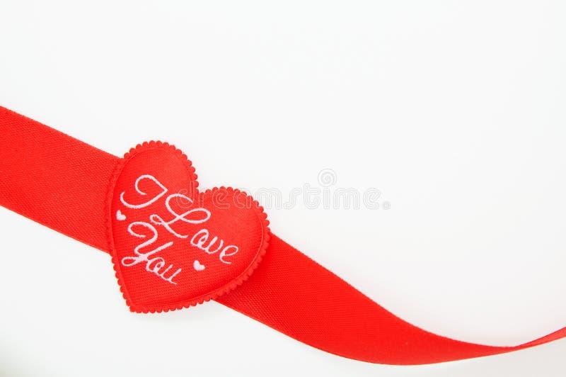 Fita vermelha na forma do coração fotos de stock royalty free