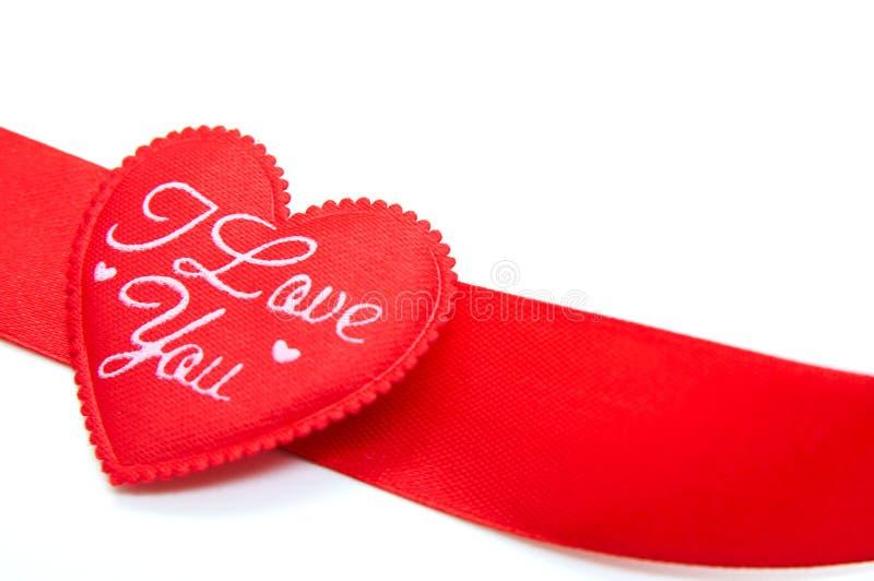 Fita vermelha na forma do coração imagens de stock royalty free
