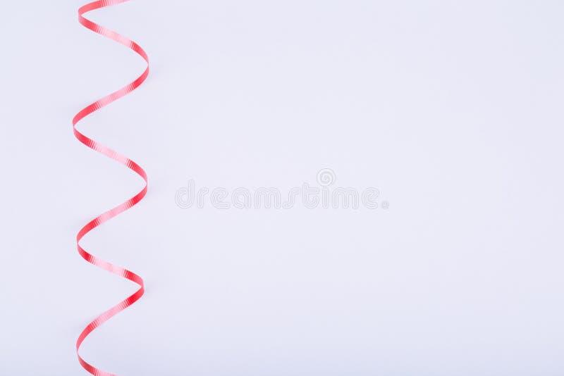 Fita vermelha na luz - fundo cinzento Conceito do dia de são valentim Tren fotografia de stock