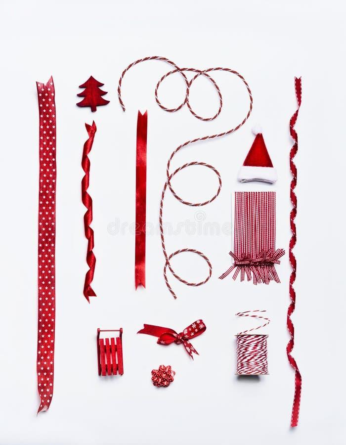Fitas do Natal e curvas e decoração vermelhas para a decoração e o papel de embrulho e o empacotamento fotos de stock