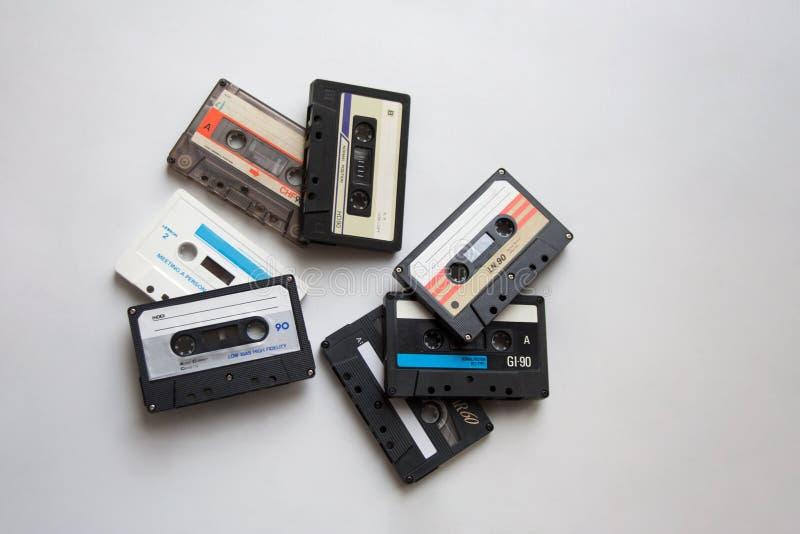 Fitas retros da cassete áudio no fundo branco de cima de fotografia de stock