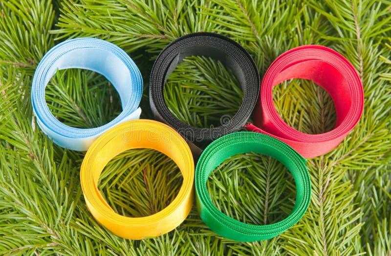 Fitas Satiny combinadas sob a forma dos anéis olímpicos foto de stock royalty free