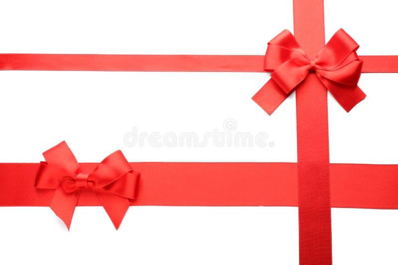 Fitas vermelhas com curvas no fundo branco fotografia de stock royalty free