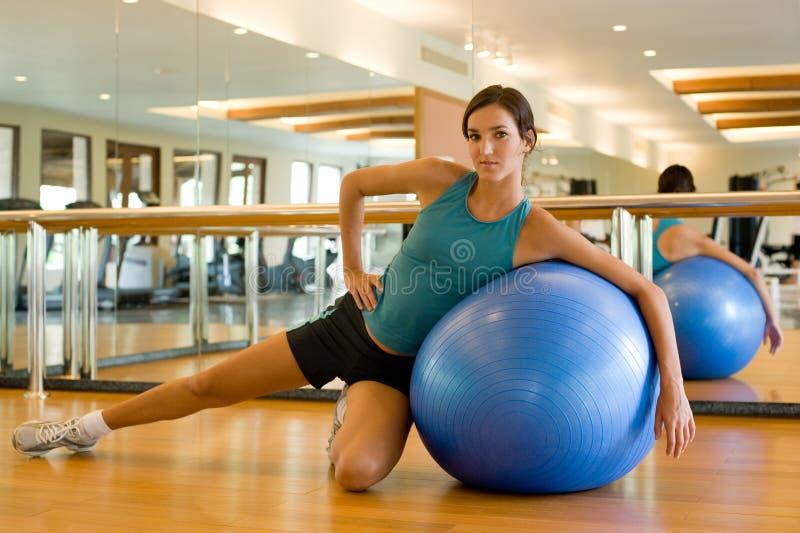 Fitball舒展在体操方面 免版税库存照片