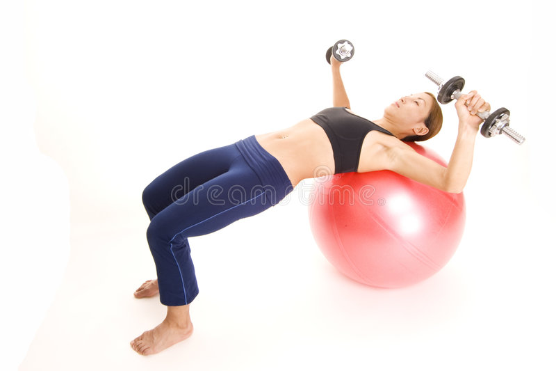 Fitball Dumbell Presse 1 lizenzfreie stockfotos