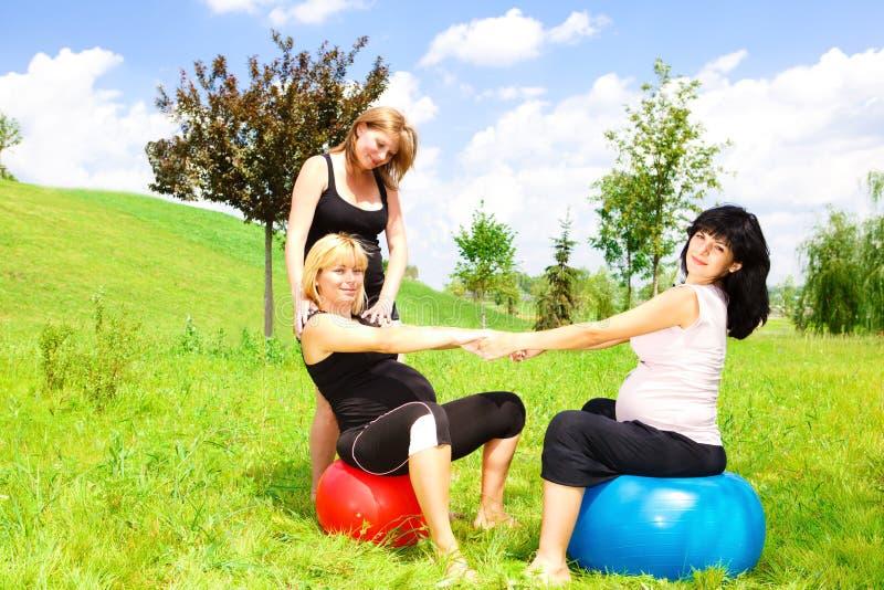 fitballs kobieta w ciąży zdjęcia royalty free