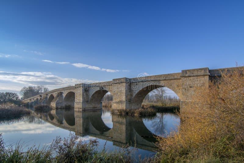Fitero-Brücke, ist eine mittelalterliche Brücke über Pisuerga-Fluss in Palen stockfotografie