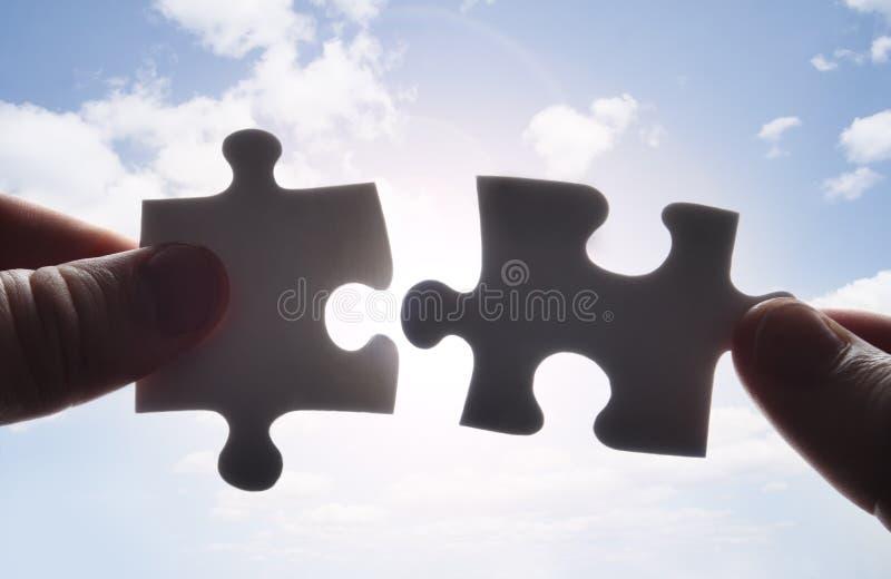 fithandstycken förbryllar till tillsammans att försöka två arkivfoton