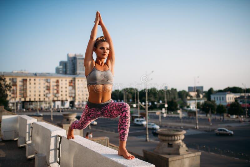 Fitnes тренируя, размышлять йоги женщины стоковые изображения