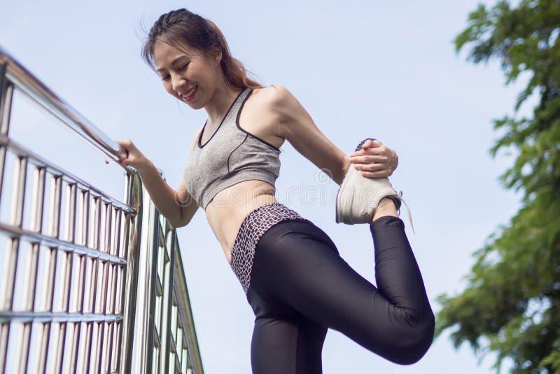 Fitness de maniersportkleding die van het sportmeisje yogafitness oefening in straat doen royalty-vrije stock afbeeldingen