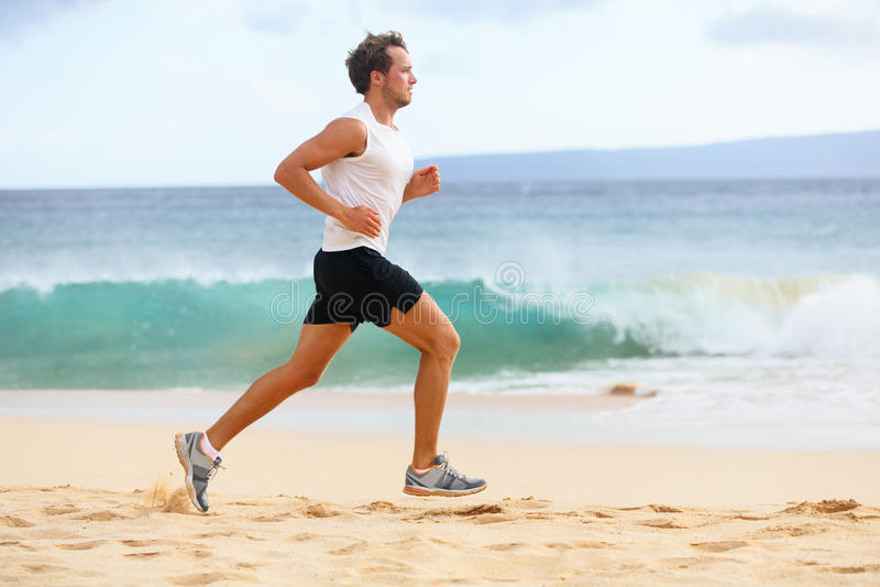 Fitness de mensenjogging van de sportenagent op strand royalty-vrije stock foto's