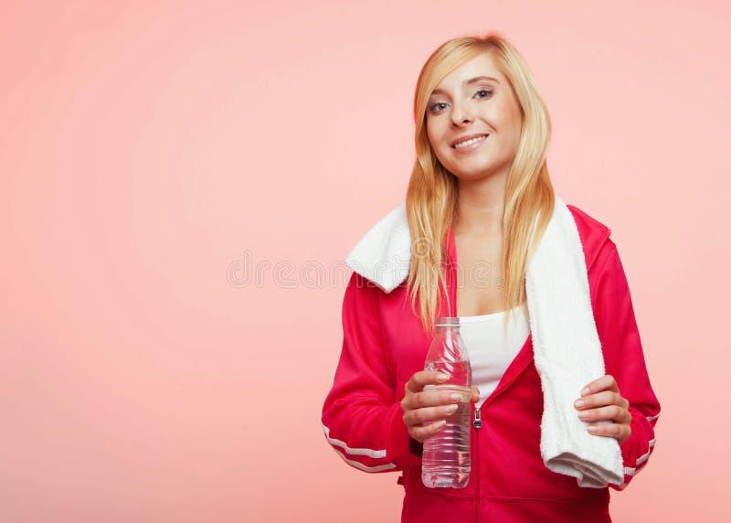Fitness de witte handdoek van de sportvrouw op schouders, studioschot royalty-vrije stock foto's