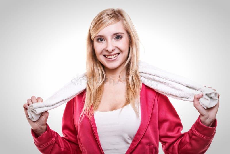 Fitness de witte handdoek van de sportvrouw op schouders, studioschot royalty-vrije stock fotografie
