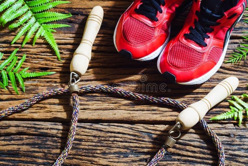 Fitness, gezonde en actieve levensstijlen, rode sportschoenen en sprong stock fotografie