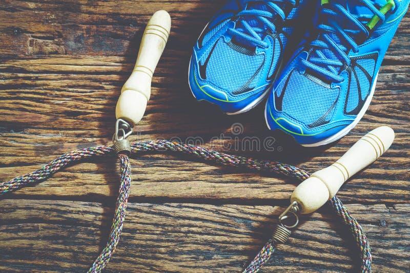 Fitness, gezonde en actieve levensstijlen, rode sportschoenen en sprong stock foto