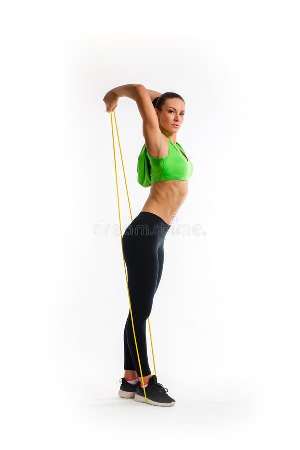 Fitness girl fait des exercices avec groupe de résistance Force et motivation photos stock