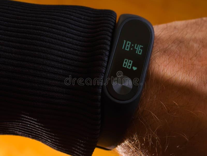 Fitness mannelijke slimme armband, sport, activiteit, lichaam, oefening, fitness, gadget, hart stock fotografie