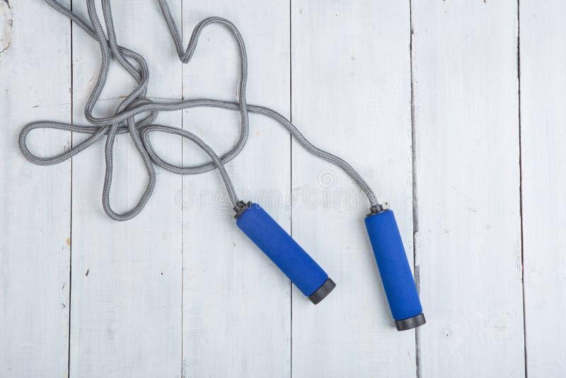 Fitness/sport en gezond levensstijlconcept - het Springen/touwtjespringen met blauwe handvatten royalty-vrije stock afbeeldingen
