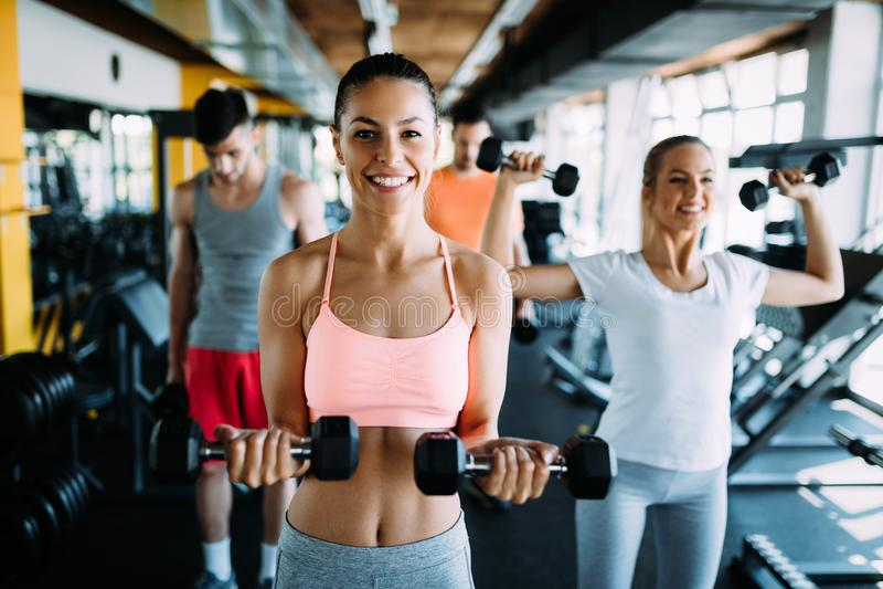 Fitness, sport, het uitoefenen en gezond levensstijlconcept stock afbeeldingen