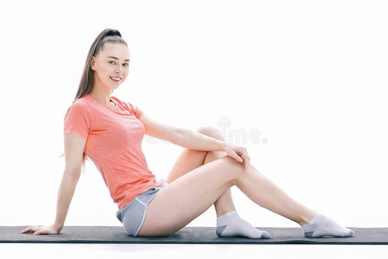Fitness, sport, mensen en gezond levensstijlconcept - vrouw die yogameditatie in lotusbloem maken op mat stellen royalty-vrije stock afbeelding
