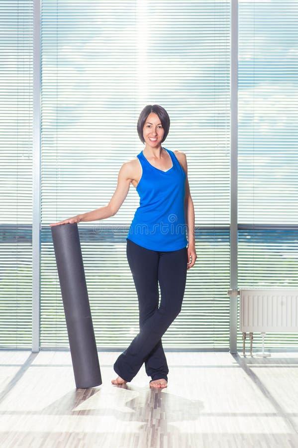 Fitness, sport, opleiding en levensstijl concept - vrouw die pil doen stock afbeeldingen