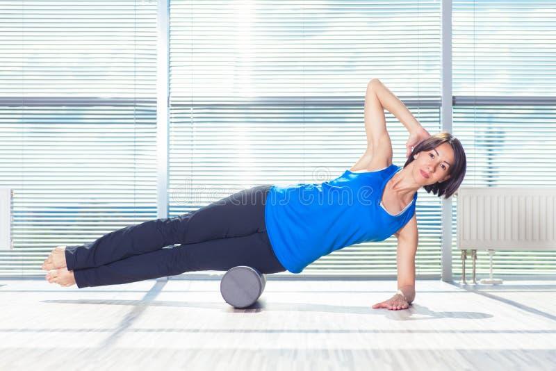 Fitness, sport, opleiding en levensstijl concept - vrouw die pil doen royalty-vrije stock afbeelding